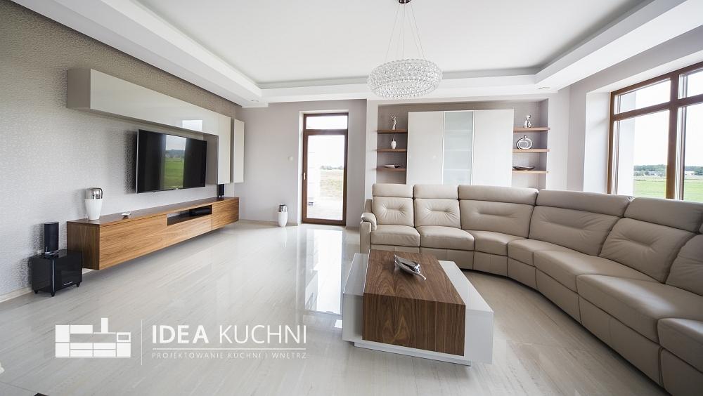 Duży, przestronny salon z dużymi oknami - projekt domu