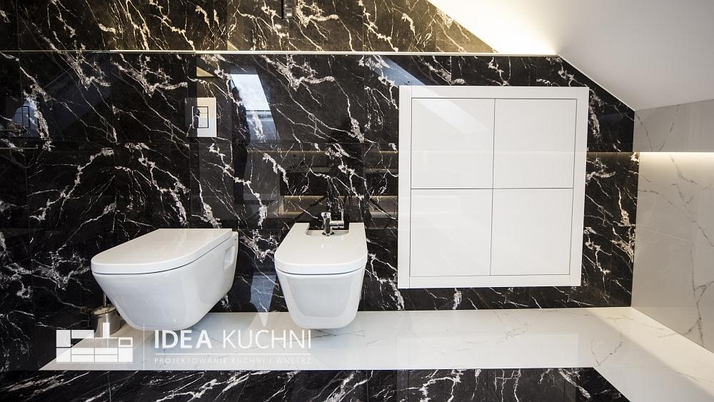 Praktyczny projekt łazienki - idealne zestawienie bieli i czerni